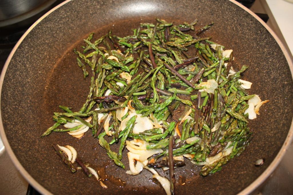 frittata di asparagi - cuocere gli asparagi