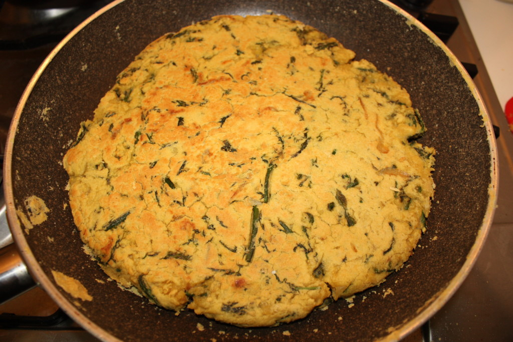 frittata di asparagi - girare la frittata