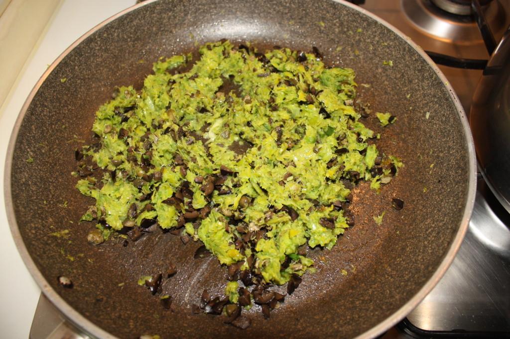 cous cous ai porri - unire olive e capperi