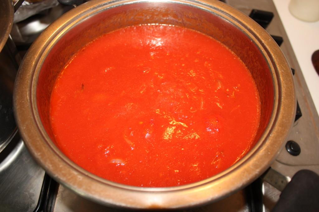 lasagna agli spinaci - cuocere la salsa di pomodoro