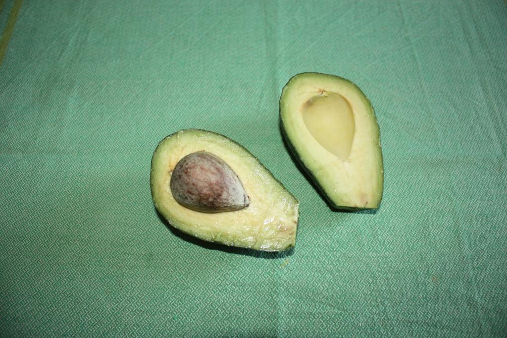 salsa guacamole - tagliare l'avocado