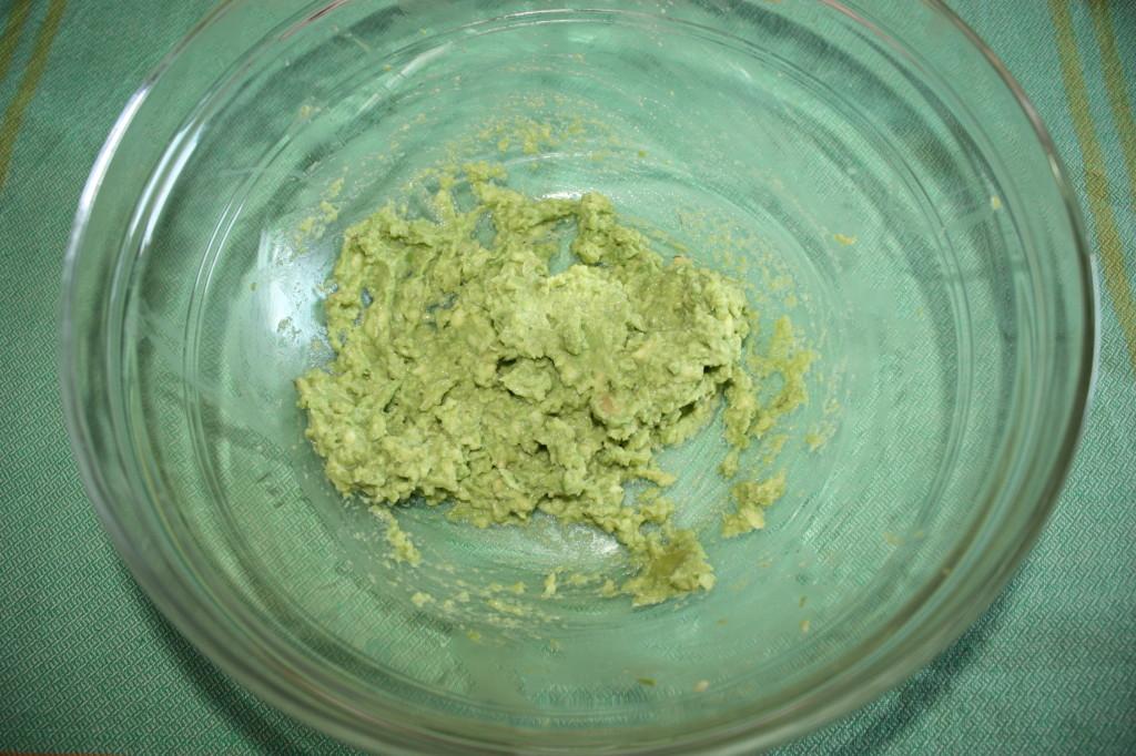 salsa guacamole - schiacciare l'avocado