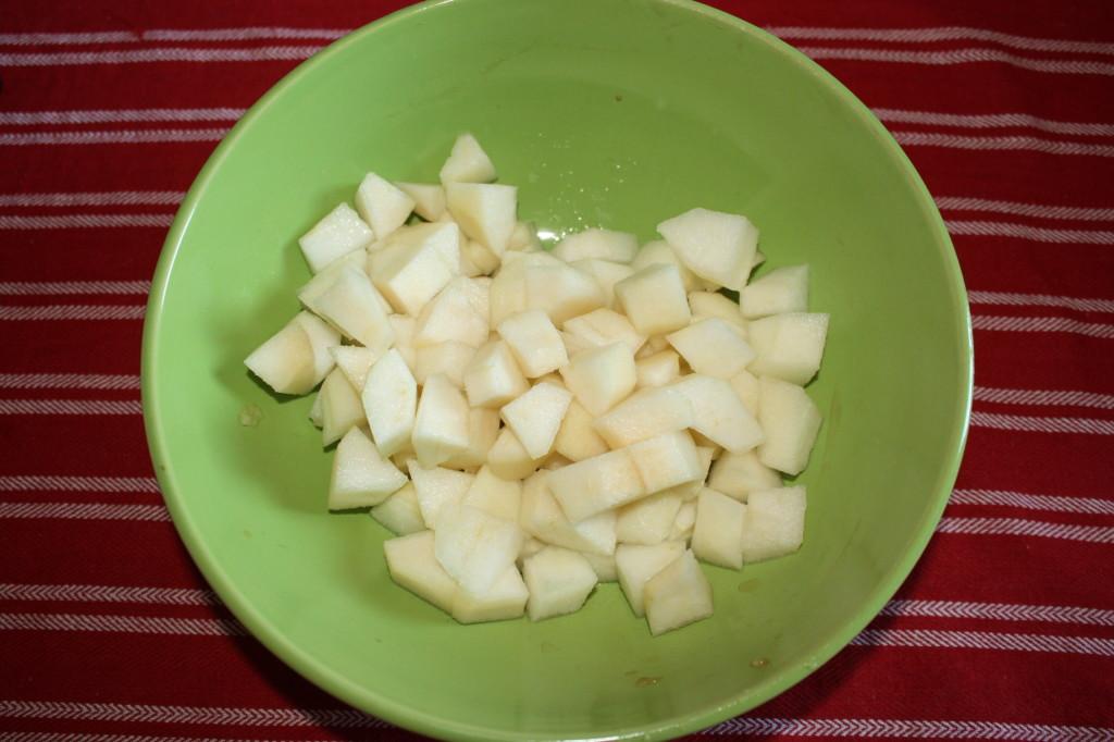 torta di frutta - tagliare le pere