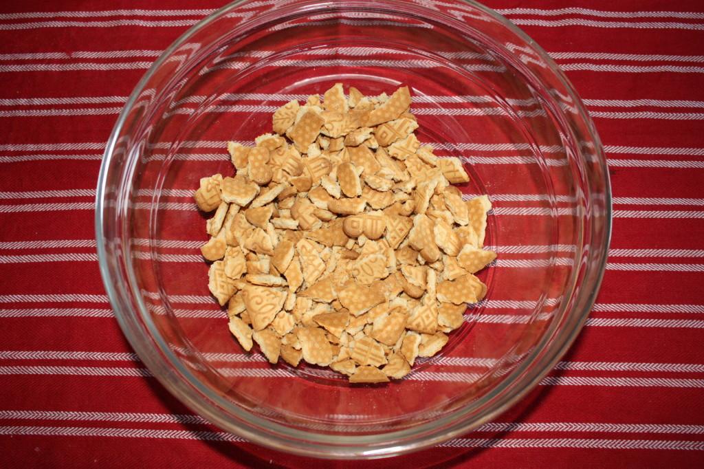 salame al cioccolato - schiacciare i biscotti secchi