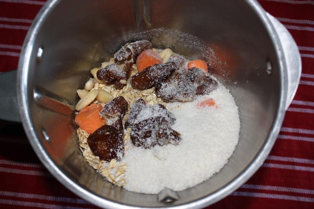 tortino di carote e mandorle con glassa di anacardi - frullare gli ingredienti