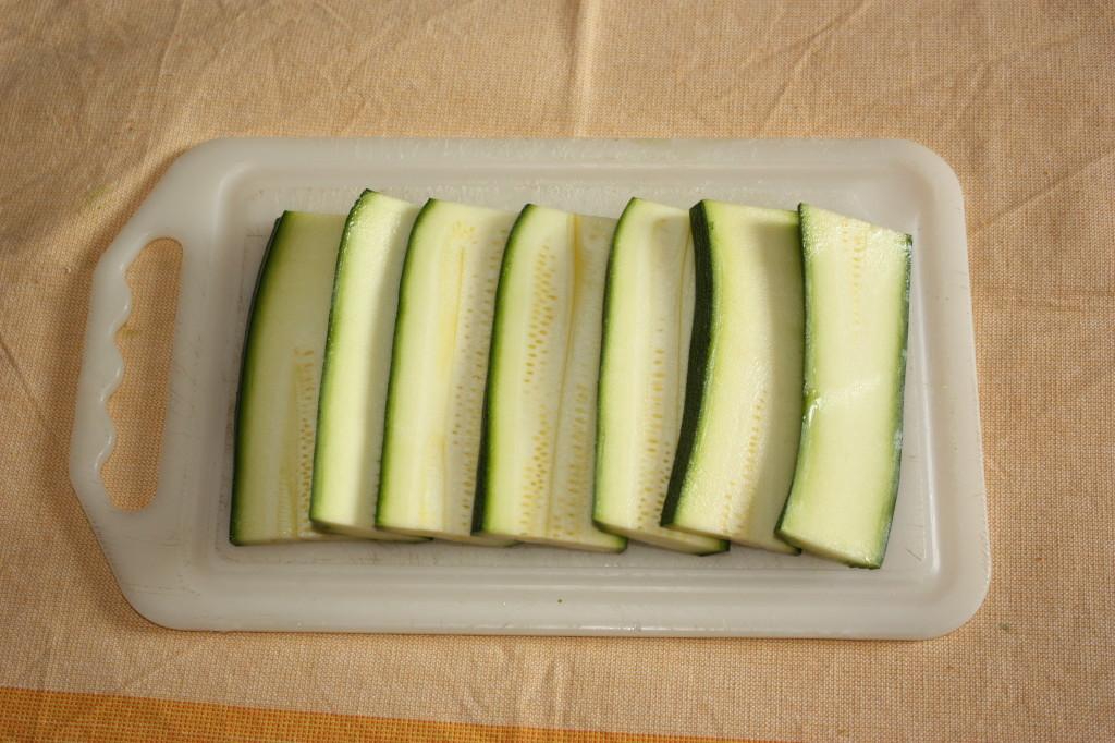 mattoncini di zucchine e tofu con crema di pomodoro - tagliare le zucchine