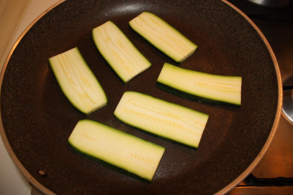 mattoncini di zucchine e tofu con crema di pomodoro - grigliare le zucchine