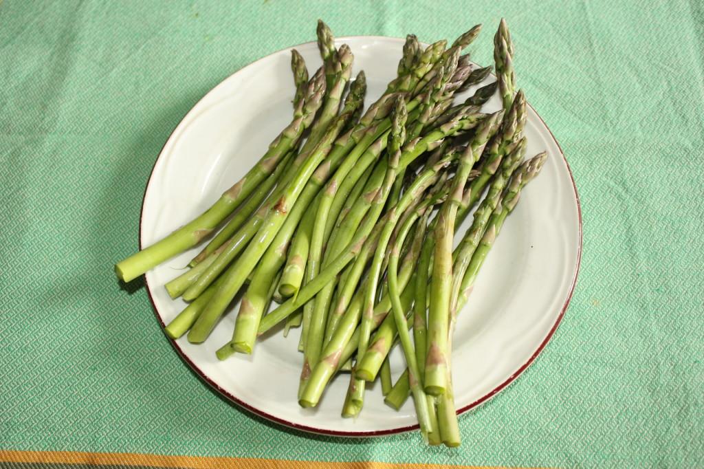Asparagi con salsa di tofu - lavare gli asparagi