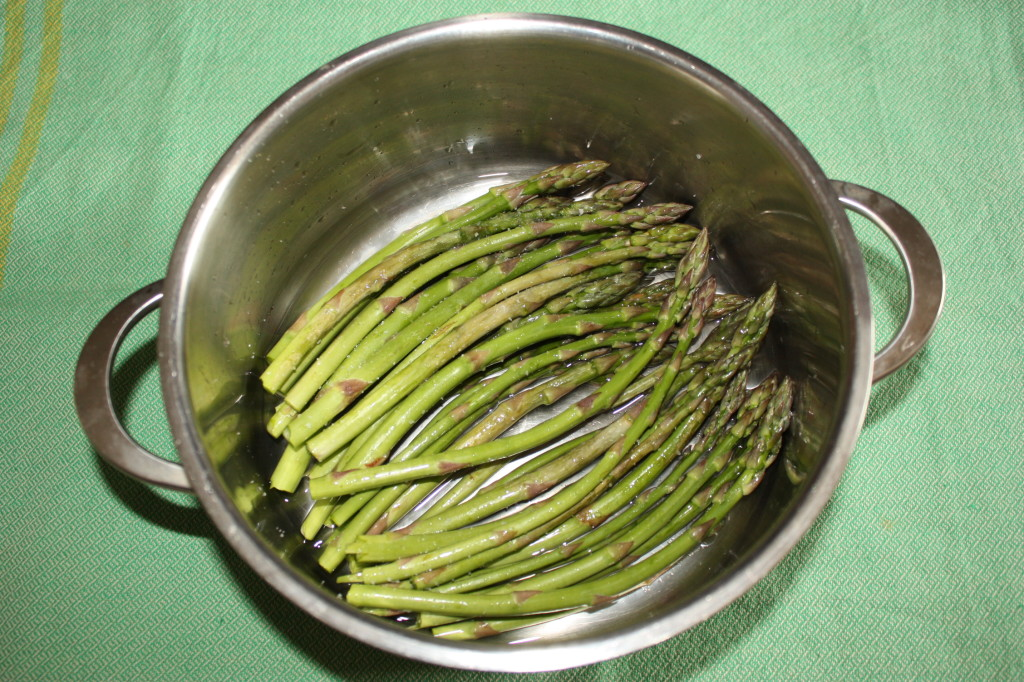 Asparagi con salsa di tofu - cuocere gli asparagi