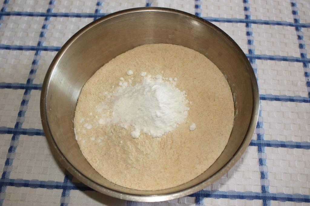 red velvet cupcakes - setacciare la farina