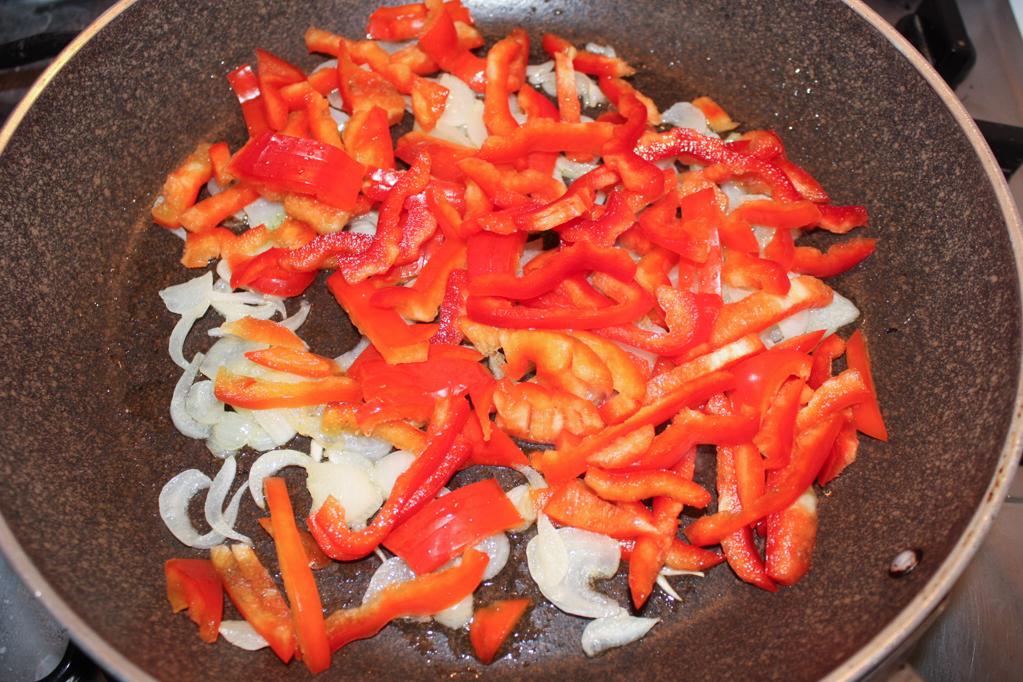 Linguine con crema di peperoni e olive - cuocere i peperoni