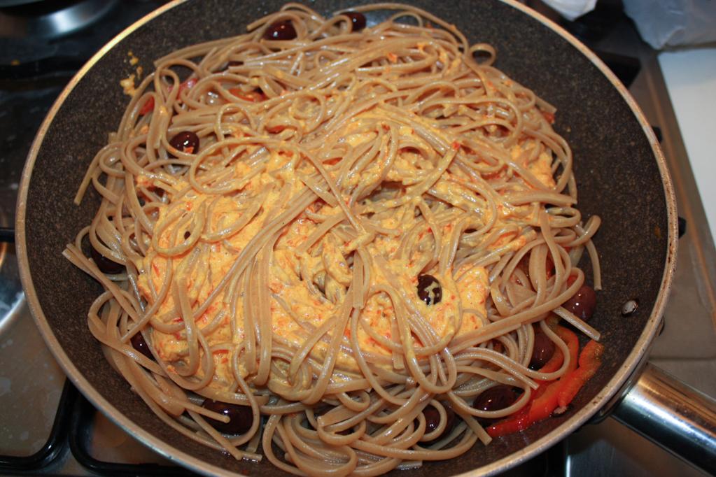 Linguine con crema di peperoni e olive - unire la pasta ai peperoni