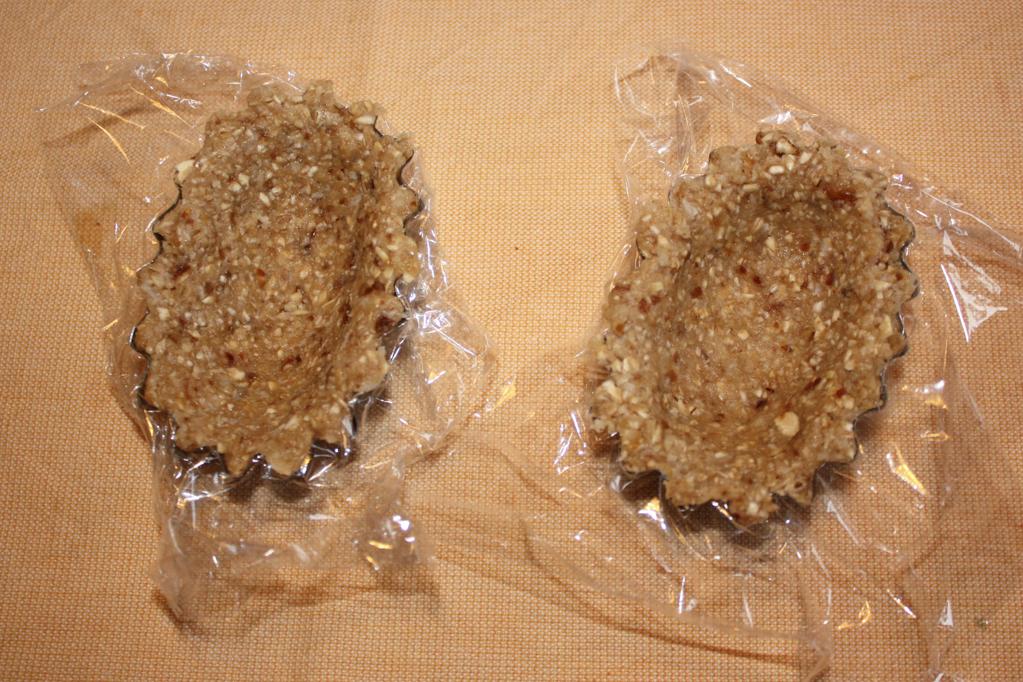 barchette di avena con crema di banana al cioccolato - dare la forma all'impasto di avena