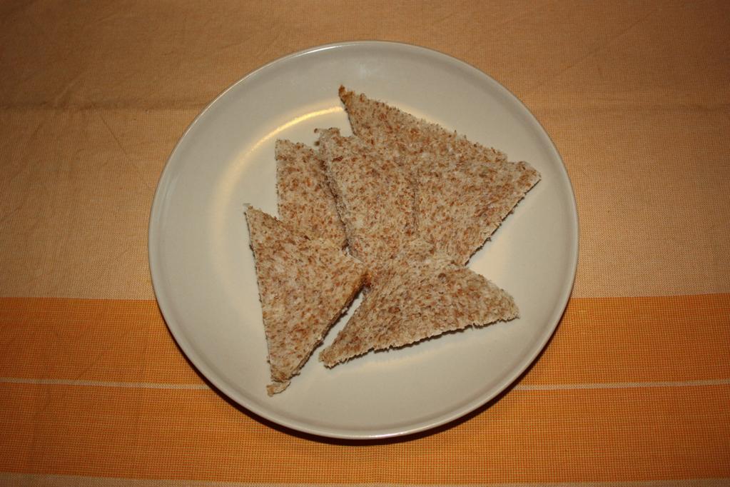 crostini di asparagi - tagliare a triangoli il pane