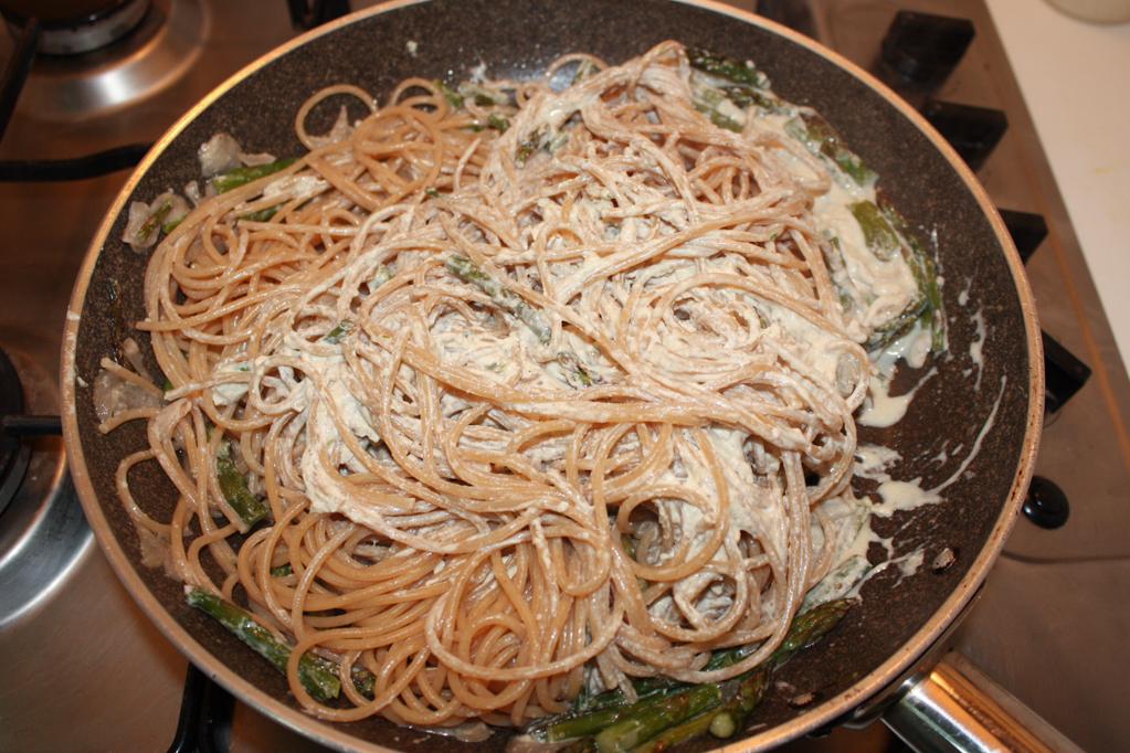 spaghetti con asparagi e pesto di noci - unire la pasta al condimento