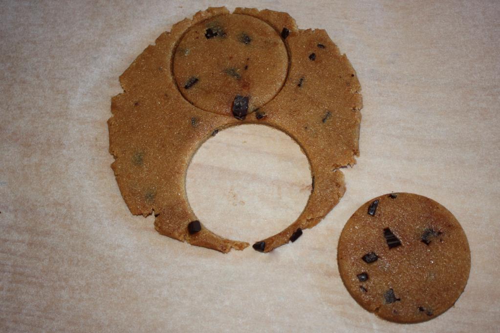 biscotti al burro d'arachidi e cioccolato - ritagliare i biscotti