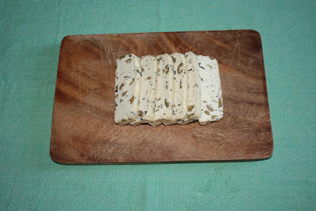 tofu grigliato con peperoni croccanti - tagliare il tofu