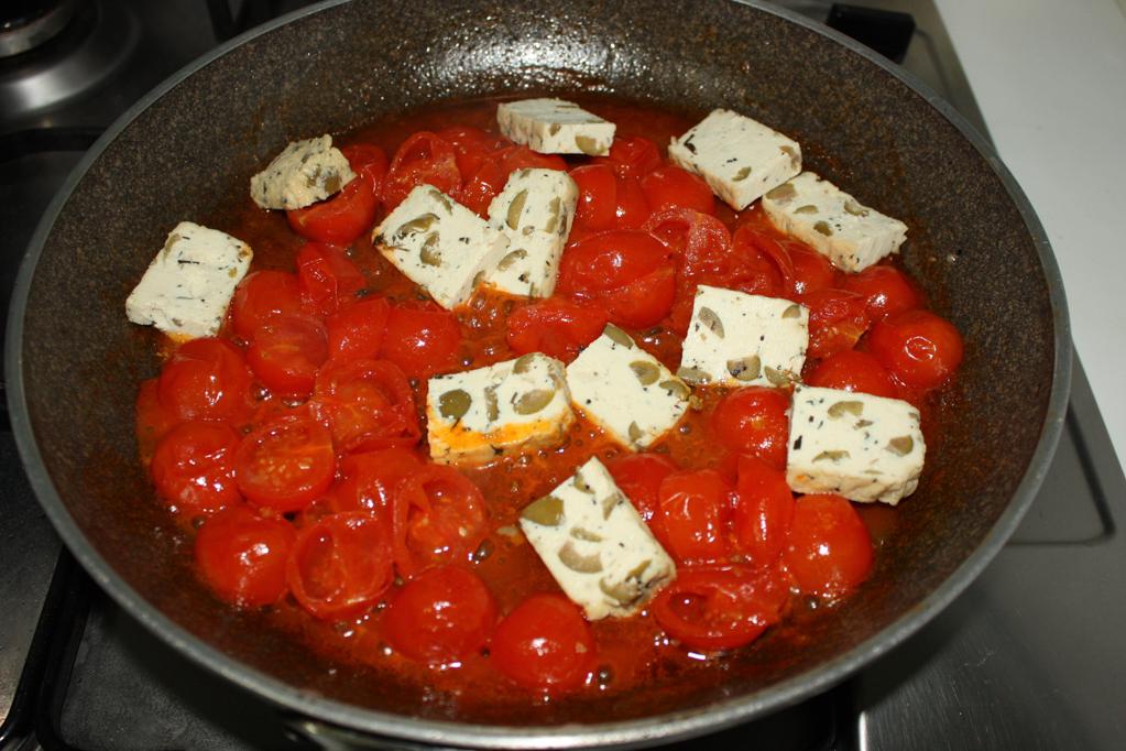 tofu alla pizzaiola - aggiungere il tofu in padella
