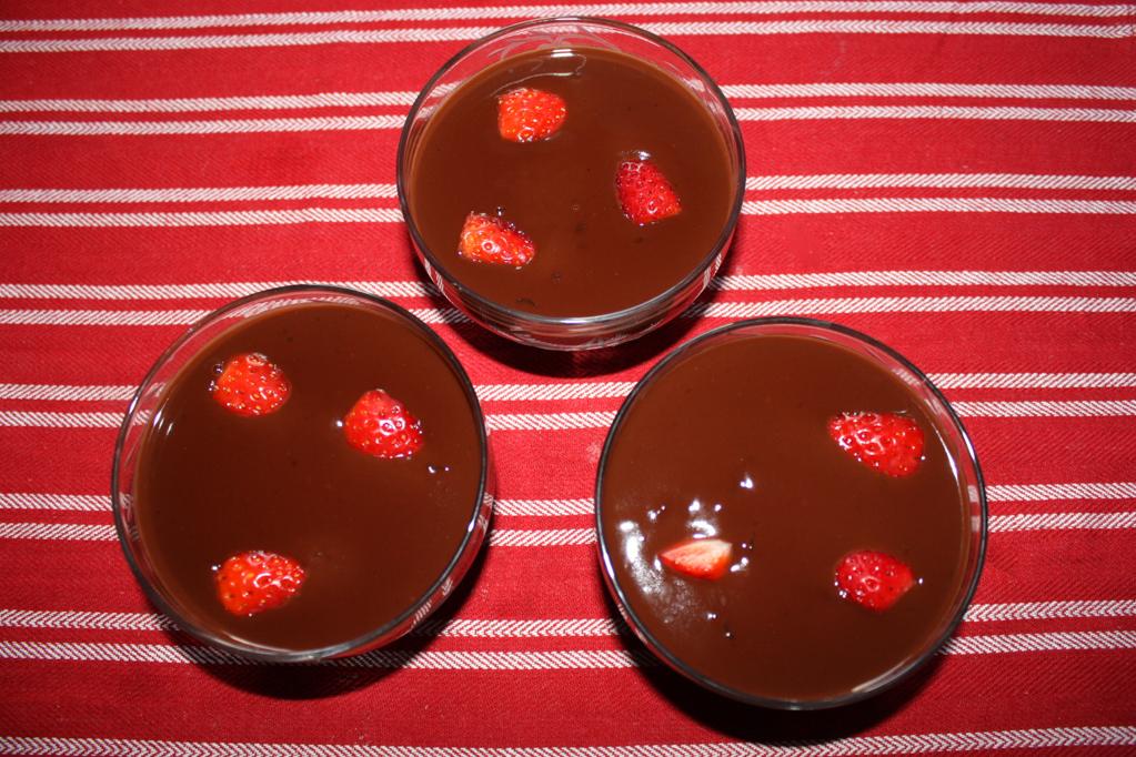 mousse al cioccolato e fragole - versare nelle coppette