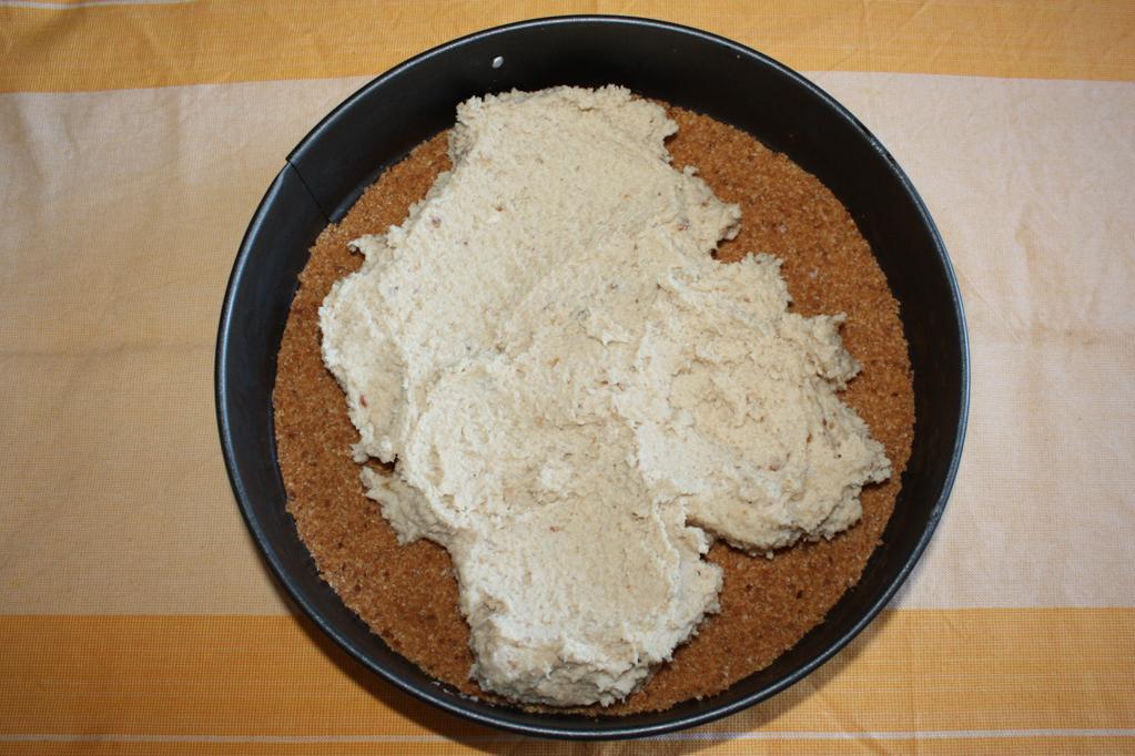 torta di mandorle e anacardi - stendere la crema