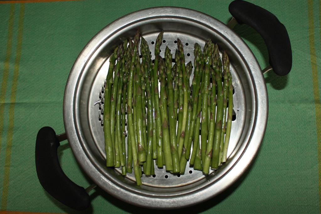 asparagi con chips di tofu e pomodorini - lessare gli asparagi