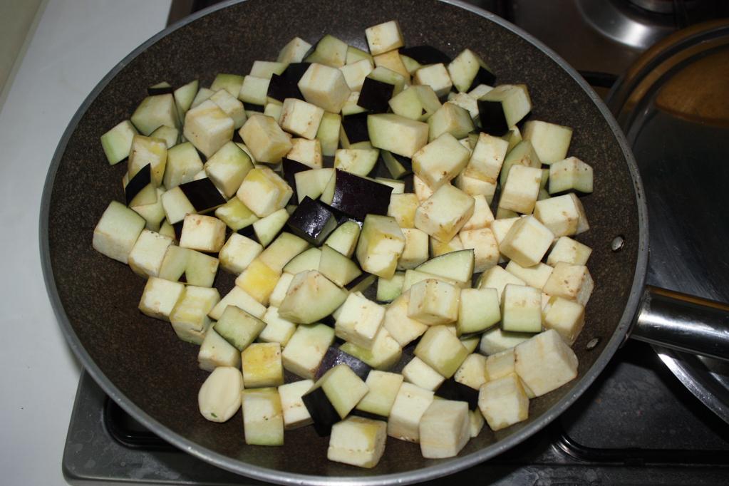 dadolata di melanzane e tofu affumicato - cuocere le melanzane