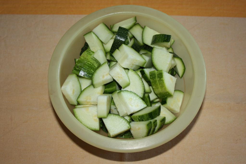 zucchine saltate con tofu cremoso - tagliare le zucchine