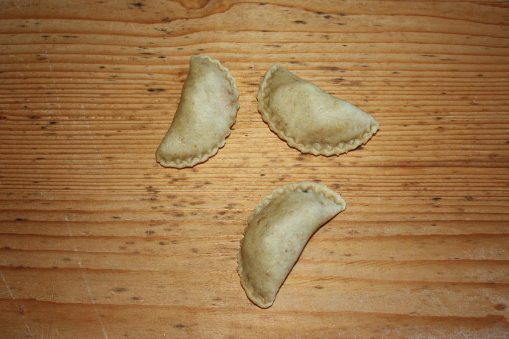 panzerottini alle pere e cioccolato - chiudere i panzerottini