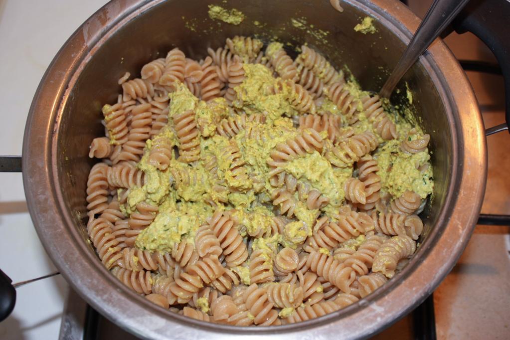 fusilli al pesto di pistacchio - unire il pesto alla pasta