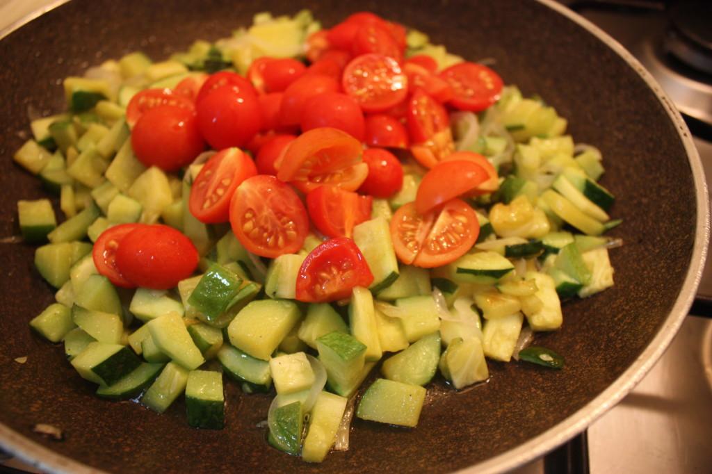 trofie con zucchine e tofu marinato - aggiungere i pomodori